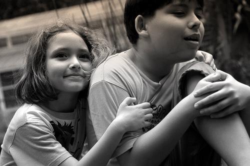 フリー画像| 人物写真| 子供ポートレイト| 少女/女の子| 少年/男の子| 外国の子供| 兄弟/姉妹| モノクロ写真|