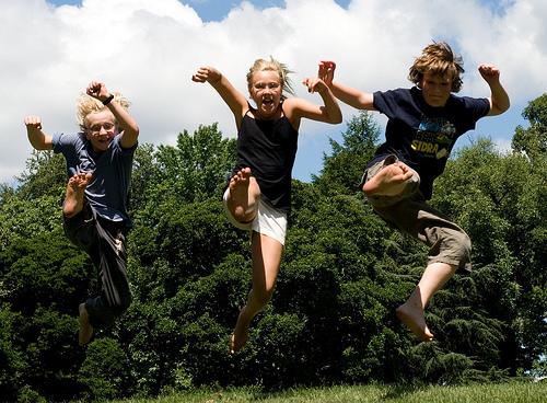 フリー画像| 人物写真| 子供ポートレイト| 外国の子供| 兄弟/姉妹| 蹴り/キック| 跳ぶ/ジャンプ|