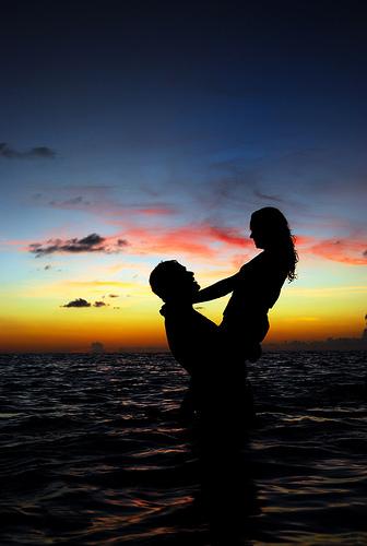 フリー画像|人物写真|一般ポートレイト|恋人/カップル|シルエット|海の風景|夕日/夕焼け/夕暮れ|
