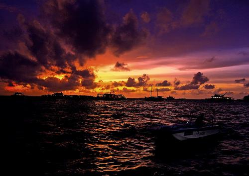 フリー画像| 自然風景| 海の風景| 夕日/夕焼け/夕暮れ| 雲の風景| 橙色/オレンジ| 船舶/ボート|
