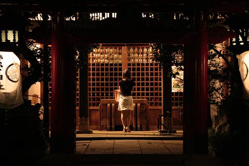 フリー画像| 人物写真| 女性ポートレイト| 後ろ姿| 祈り/祈る| 神社/仏閣/寺院| 日本風景|