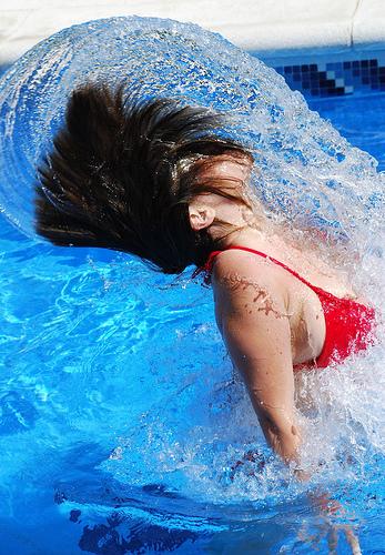 フリー画像  人物写真  女性ポートレイト  水しぶき  水着  ビキニ 