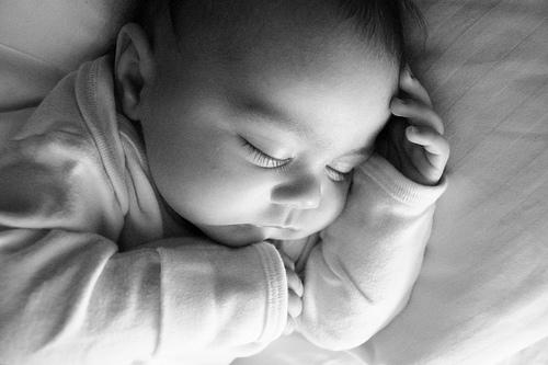 フリー画像| 人物写真| 子供ポートレイト| 赤ちゃん| 外国の子供| 寝顔/寝相/寝姿| モノクロ写真|