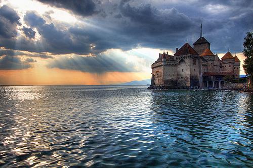 フリー画像| 人工風景| 建造物/建築物| 城/宮殿| 湖の風景| 空の風景| 太陽光線| スイス風景| シヨン城|