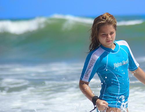フリー画像|人物写真|子供ポートレイト|少女/女の子|外国の子供|海の風景|青色/ブルー|