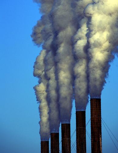 フリー画像| 人工風景| 工場の風景| 煙突| 煙/スモーク| 大気汚染| 環境汚染| 日本風景| 京都|