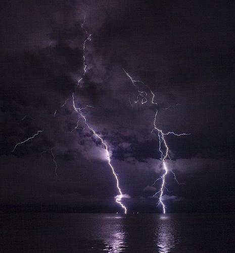 フリー画像| 自然風景| 空の風景| 夜景| 落雷/カミナリ/稲妻| 夜空の風景| 紫色/パープル|