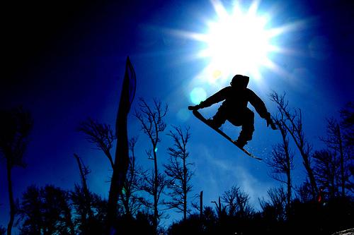 フリー画像| 人物写真| 一般ポートレイト| スノーボード| 跳ぶ/ジャンプ 太陽光線| 青色/ブルー| シルエット| スポーツ|