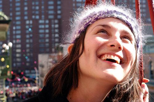 フリー画像| 人物写真| 女性ポートレイト| 白人女性| 笑顔/スマイル| 見上げる|