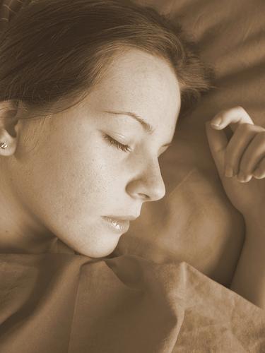 フリー画像| 人物写真| 女性ポートレイト| 白人女性| 寝顔/寝相/寝姿| セピア|