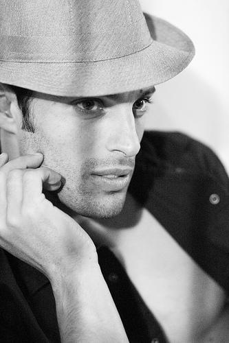 フリー画像| 人物写真| 男性ポートレイト| 外国人男性| イケメン| モノクロ写真| 帽子|