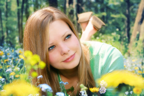 フリー画像| 人物写真| 女性ポートレイト| 白人女性| 金髪/ブロンド| 緑色/グリーン| 花畑|