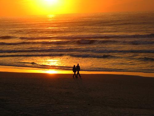 フリー画像| 人物写真| 一般ポートレイト| 恋人/カップル| シルエット| 海の風景| 夕日/夕焼け/夕暮れ| 橙色/オレンジ| ビーチ/海辺|