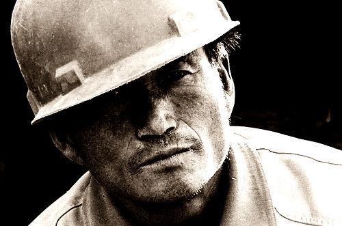 フリー画像| 人物写真| 男性ポートレイト| 外国人男性| 覗く/見る| モノクロ写真| 帽子|