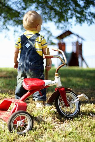 フリー画像| 人物写真| 子供ポートレイト| 赤ちゃん| 外国の子供| 後ろ姿| 三輪車|