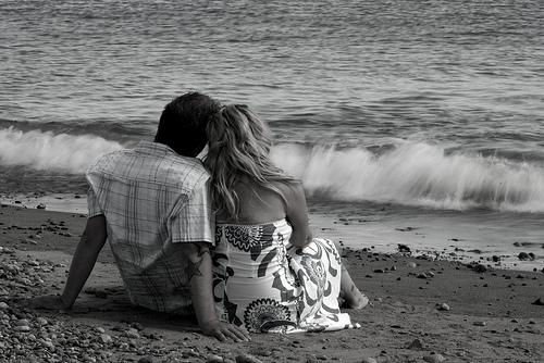 フリー画像| 人物写真| 一般ポートレイト| 恋人/カップル| モノクロ写真| ビーチ/海辺| 後ろ姿|