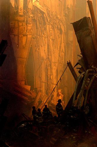 フリー画像| ニュース系| 9.11 アメリカ同時多発テロ| 破壊| ワールドトレードセンター| アメリカ風景| 消防士|
