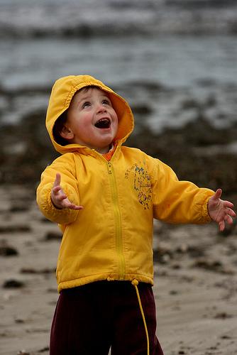 フリー画像| 人物写真| 子供ポートレイト| 少年/男の子| 外国の子供| 笑顔/スマイル| 見上げる|