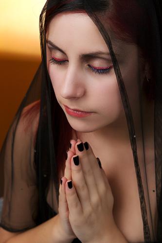 フリー画像| 人物写真| 女性ポートレイト| 白人女性| 祈り/祈る| 目を閉じる|