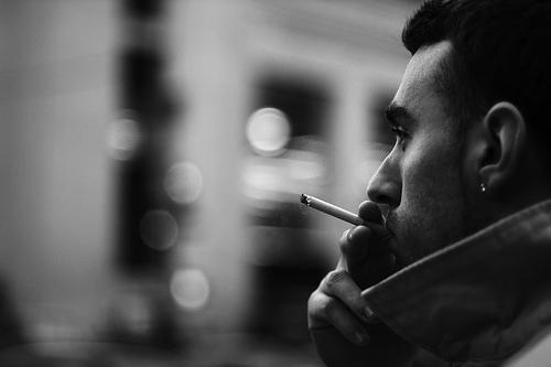フリー画像| 人物写真| 男性ポートレイト| 外国人男性| 煙草/タバコ| 横顔| イケメン| モノクロ写真|