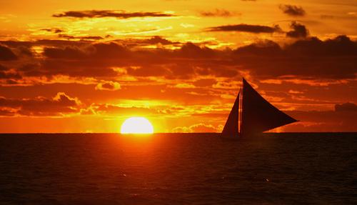 フリー画像| 自然風景| 海の風景| 夕日/夕焼け/夕暮れ| 水平線/地平線| ヨット| シルエット|