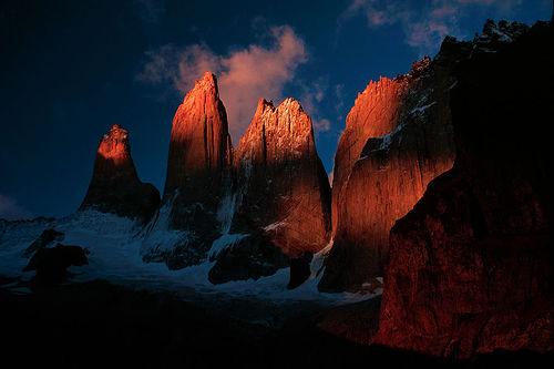 フリー画像| 自然風景| 岩山の風景| 夕日/夕焼け/夕暮れ| トーレス・デル・パイネ国立公園| チリ風景|