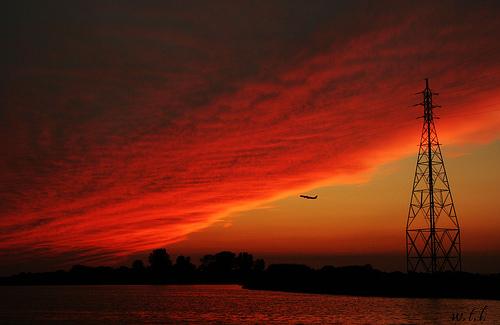 フリー画像|人工風景|建造物/建築物|鉄塔|空の風景|雲の風景|夕日/夕焼け/夕暮れ|航空機/飛行機|
