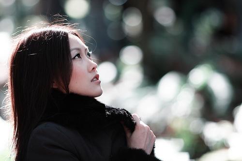 フリー画像| 人物写真| 女性ポートレイト| アジア女性| 中国人| 見上げる|