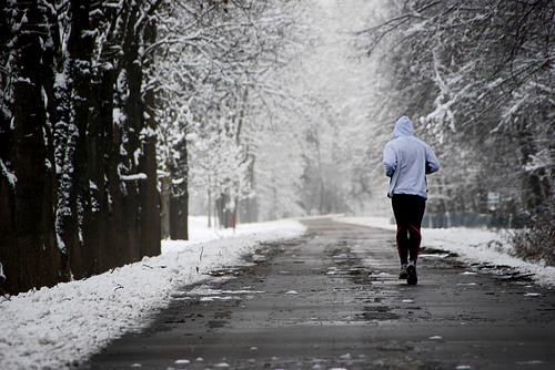 フリー画像| 人物写真| 一般ポートレイト| 走る| ジョギング| 道の風景| 雪景色|