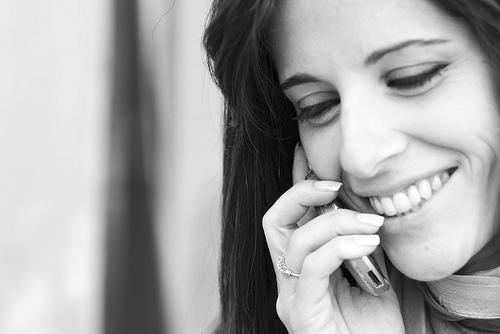 フリー画像| 人物写真| 女性ポートレイト| 白人女性| 携帯電話| モノクロ写真| 笑顔/スマイル|