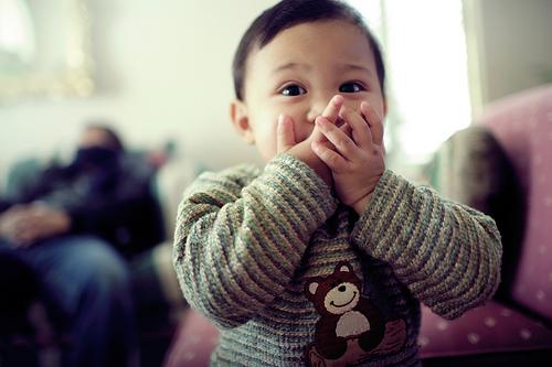 フリー画像| 人物写真| 子供ポートレイト| 外国の子供| 少年/男の子| 口を覆う|