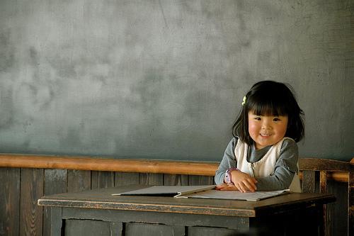 フリー画像| 人物写真| 子供ポートレイト| 少女/女の子| 学校| 教室| 日本人|