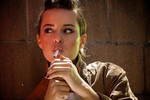 フリー画像| 人物写真| 女性ポートレイト| ラテン系女性| 煙草/タバコ|