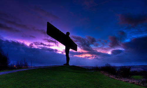 フリー画像| 人工風景| オブジェ| 彫刻/彫像| エンジェル・オブ・ザ・ノース| 天使/エンジェル| 夕日/夕焼け/夕暮れ| イギリス風景|
