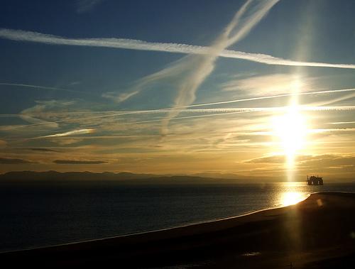 フリー画像| 人工風景| 空の風景| 飛行機雲| ケムトレイル| 夕日/夕焼け/夕暮れ| イギリス/風景|