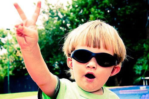 フリー画像| 人物写真| 子供ポートレイト| 外国の子供| 少年/男の子| カウント2| ピース| サングラス|
