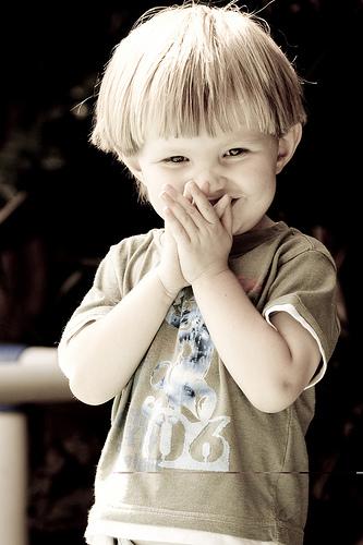 フリー画像| 人物写真| 子供ポートレイト| 外国の子供| 少年/男の子| 笑顔/スマイル| セピア|