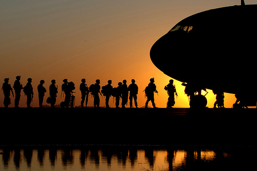フリー画像| 戦争写真| 兵士/ソルジャー| 夕日/夕焼け/夕暮れ| シルエット| アメリカ軍兵士|