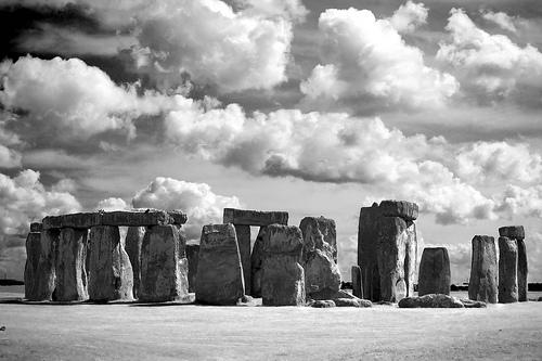 フリー画像| 人工風景| 建造物/建築物| ストーンヘンジ| 雲の風景| イギリス風景| モノクロ写真| 世界遺産/ユネスコ|    フリー素材|