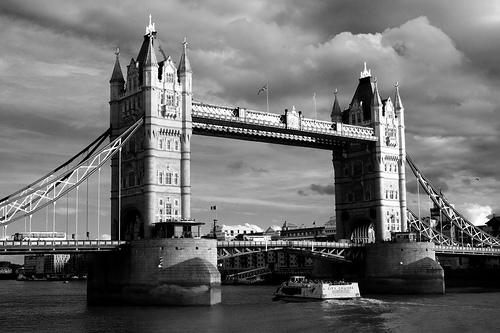 フリー画像  人工風景  建造物/建築物  橋の風景  タワーブリッジ  モノクロ写真  イギリス風景  ロンドン 