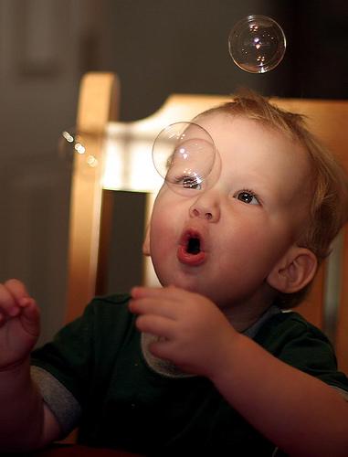 フリー画像| 人物写真| 子供ポートレイト| 外国の子供| 少年/男の子| しゃぼん玉/シャボン玉|