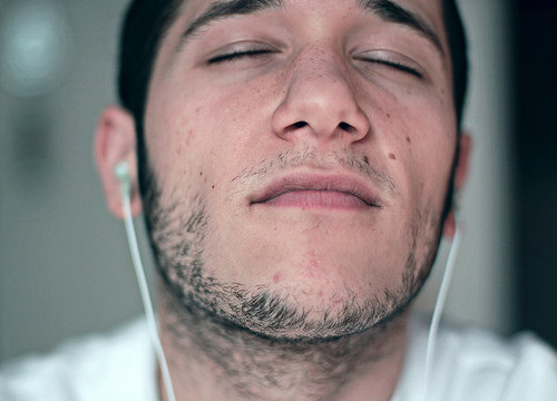 フリー画像| 人物写真| 男性ポートレイト| 外国人男性| イケメン| 目を閉じる| イヤホン|