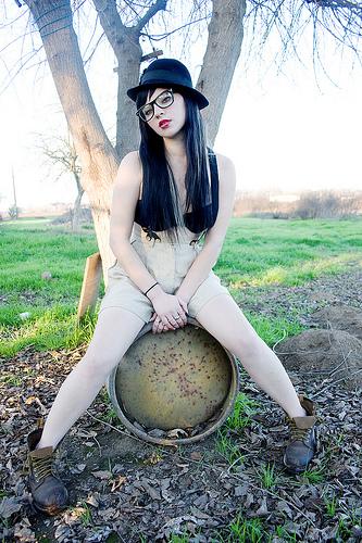 フリー画像| 人物写真| 女性ポートレイト| 白人女性| 眼鏡/メガネ| 帽子| 黒髪|