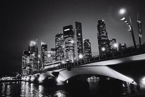 フリー画像| 人工風景| 建造物/建築物| 街の風景| 橋の風景| 夜景| モノクロ写真| ビルディング|