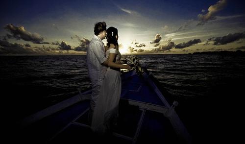 フリー画像| 人物写真| 一般ポートレイト| 恋人/カップル| 海の風景| 夕日/夕焼け/夕暮れ| ウエディングドレス| モルディブ風景|