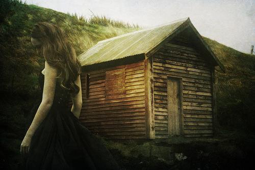 フリー画像| 人物写真| 女性ポートレイト| 白人女性| 憂鬱/メランコリー| ドレス| 小屋/納屋|