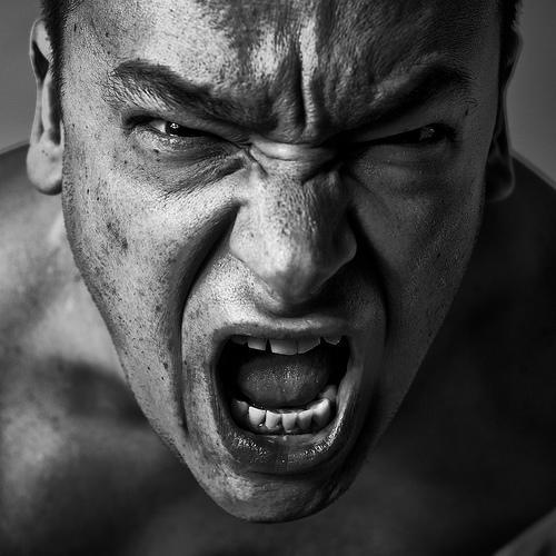 フリー画像| 人物写真| 男性ポートレイト| 外国人男性| 叫ぶ| モノクロ写真|