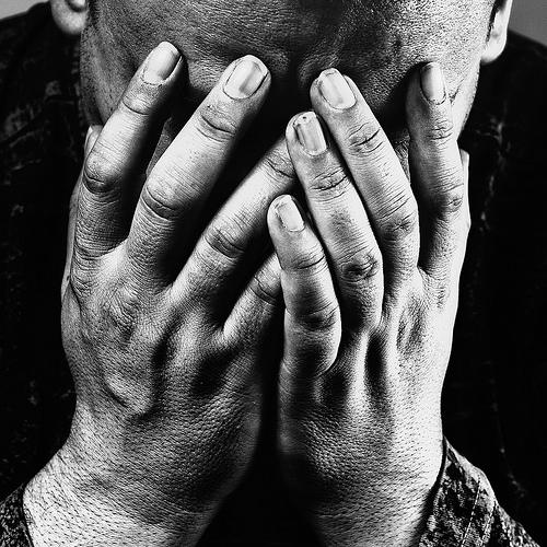フリー画像| 人物写真| 男性ポートレイト| 外国人男性| 落胆/落ち込む| モノクロ写真|