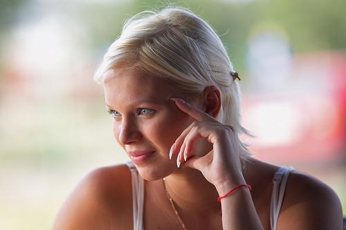 フリー画像| 人物写真| 女性ポートレイト| 白人女性| 金髪/ブロンド| 頬杖/頬づえ|