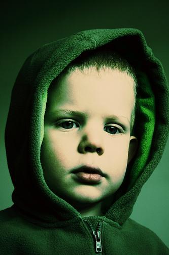 フリー画像  人物写真  子供ポートレイト  外国の子供  少年/男の子  緑色/グリーン  パーカー 